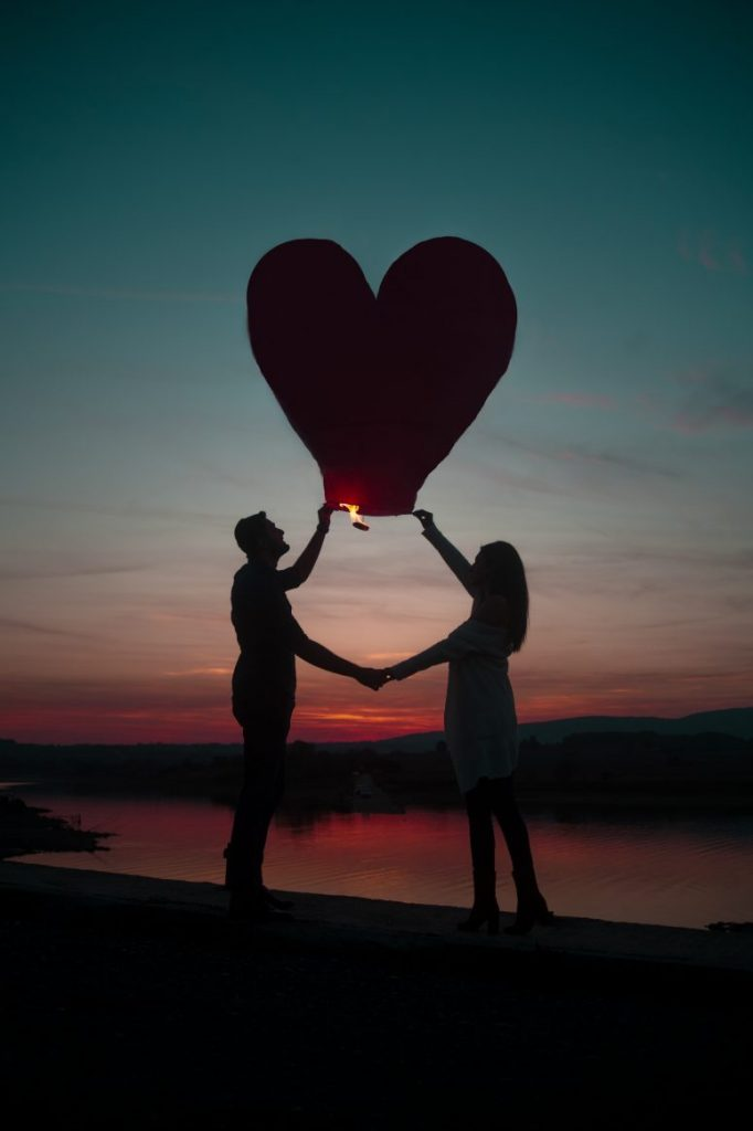 Flitsdate, Speeddaten, Stel met ballon bij zonsondergang