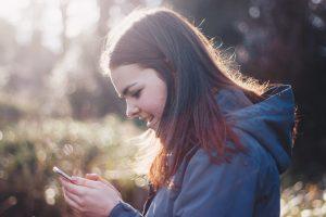 Tinder, Meisje met telefoon