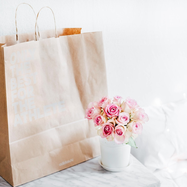 Tas, Ladies Night De Luxe Goodiebag, Photo by Alexandra Gorn on Unsplash