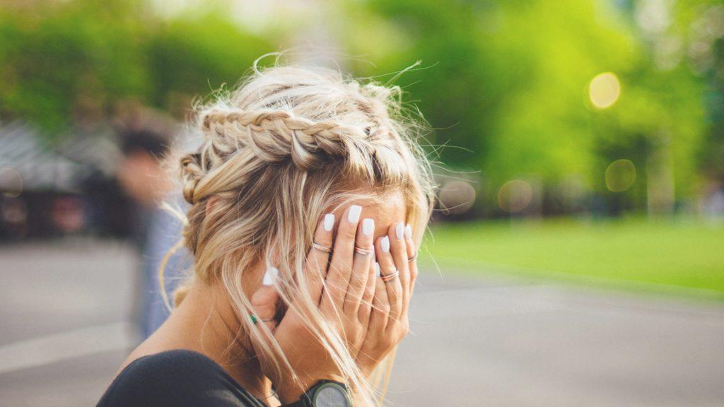 Fouten maken, handen voor het hoofd, Photo by Abigail Keenan on Unsplash